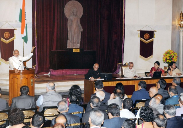 The Prime Minister, Shri Narendra Modi addressing the visitors during the launch of IMPRINT India Brochure, at Rashtrapati Bhavan, in New Delhi on November 05, 2015. The President, Shri Pranab Mukherjee, the Union Minister for Human Resource Development, Smt. Smriti Irani and the Secretary, Department of Higher Education and Member Secretary, CABE, Shri V.S. Oberoi are also seen.